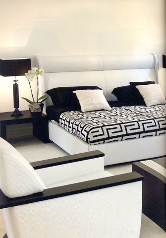 Bedroom by Versace: The strong visual impact of the contrast between black and white is more powerful thanks to the modern shapes.